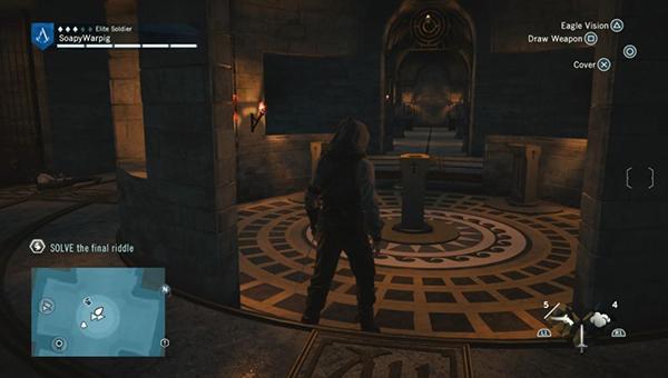 Идите по коридору и пройдите через круговой перекресток.